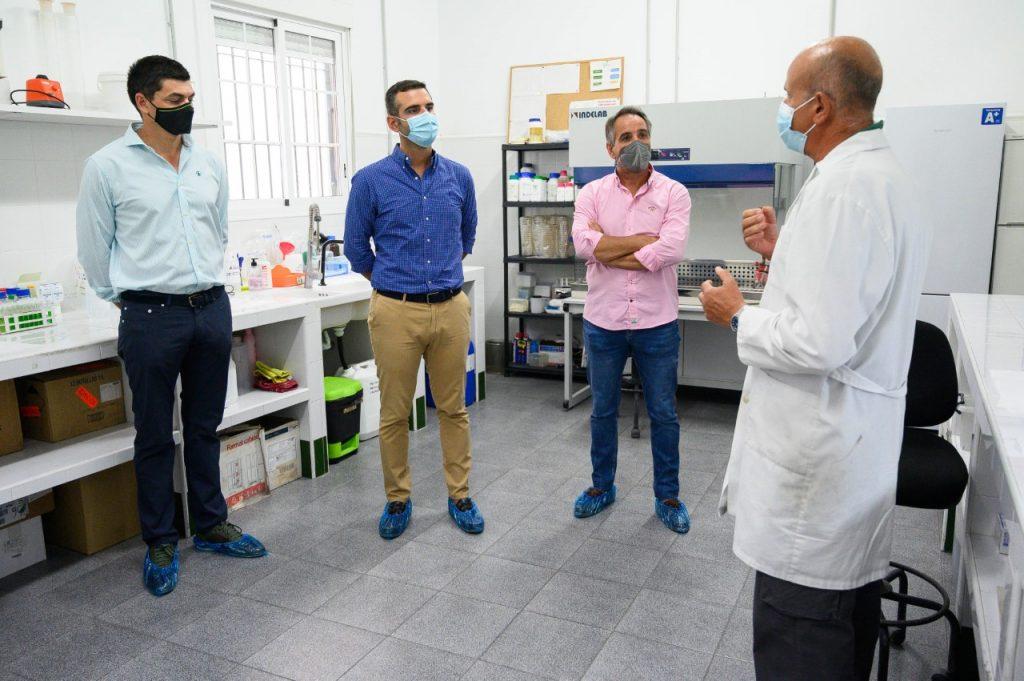 alcalde de almeria en viagro, visita al laboratorio, desarrollo en sanidad vegetal